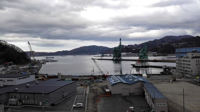 津波で大きな被害を受けた釜石港。避難場所に指定されている高台から見ると、今も復旧工事が続いていた