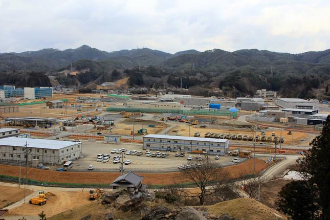 鹿折地区は津波と火災で大打撃を受けたが、震災から5年が経過し水産加工施設の再建が進む(写真右奥)