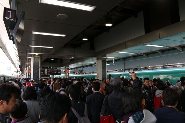 「はやぶさ10号」到着直後の東京駅