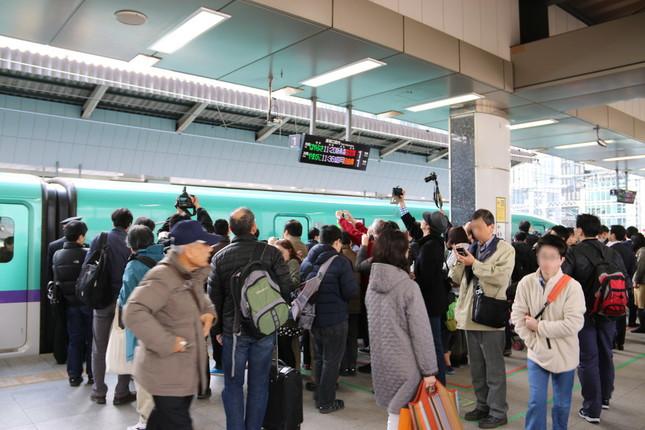 先頭車両を撮る人々(東京駅にて)