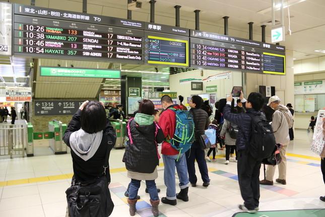 「SHIN-HAKODATE-HOKUTO」を撮る人々(大宮駅にて)