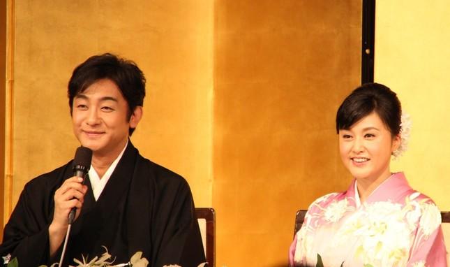帝国ホテルで結婚会見を行った片岡愛之助さんと藤原紀香さん(2016年3月31日撮影)