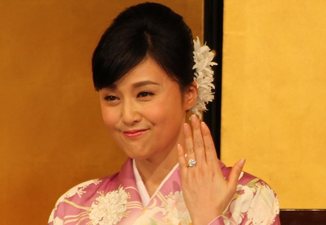 会見では3カラットのダイヤが輝く婚約指輪を披露(2016年3月31日撮影)