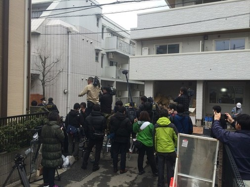 逮捕直後、報道陣が多数詰めかけた寺内容疑者のアパート前