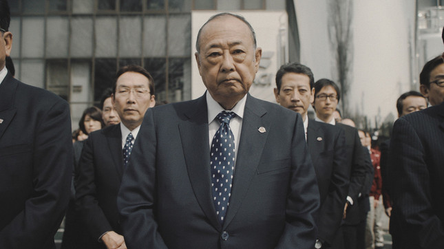 厳しい表情で登場する、赤城乳業の井上秀樹・代表取締役会長