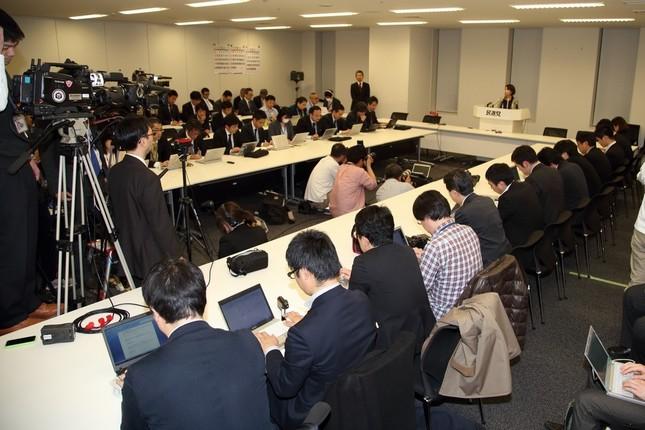 詰めかけた数十人の報道陣で席は埋まった