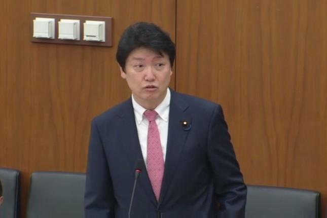 大阪維新の会の足立康史衆院議員は、民進党について「アホ」と繰り返し非難した(衆議院インターネット審議中継より)