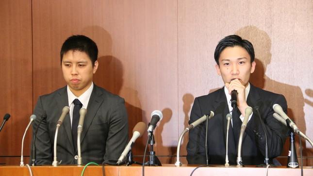 硬い表情で会見する桃田賢斗選手(右)ら