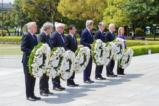 ケリー国務長官(右から4番目)は現職の国務長官として初めて広島を訪問した(米国務省撮影)