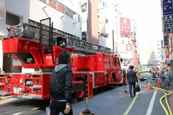 多数の消防車が消火活動にあたった(2016年4月12日撮影)