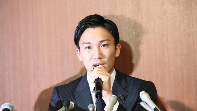 会見で淡々と話す桃田賢斗選手