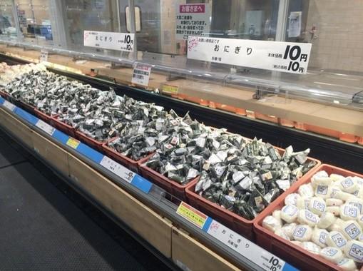 おにぎりがなんと10円で陳列棚に山積みに(@r_tsubameさん写真提供)