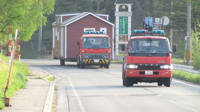 トレーラーハウスは牽引車で運ばれる