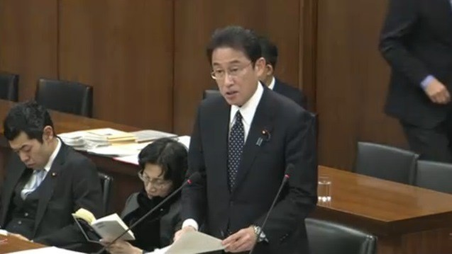 読書にふける松島氏(衆議院インターネット審議中継より)