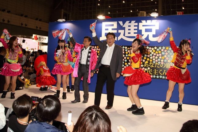 民進党の枝野幸男幹事長(中央)は「仮面女子」とのコラボに終始ノリノリだった