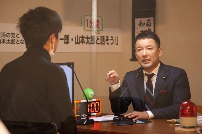 生活の党と山本太郎となかまたちは、小沢一郎、山本太郎両共同代表と1分間限定で対談できるブースを設置した