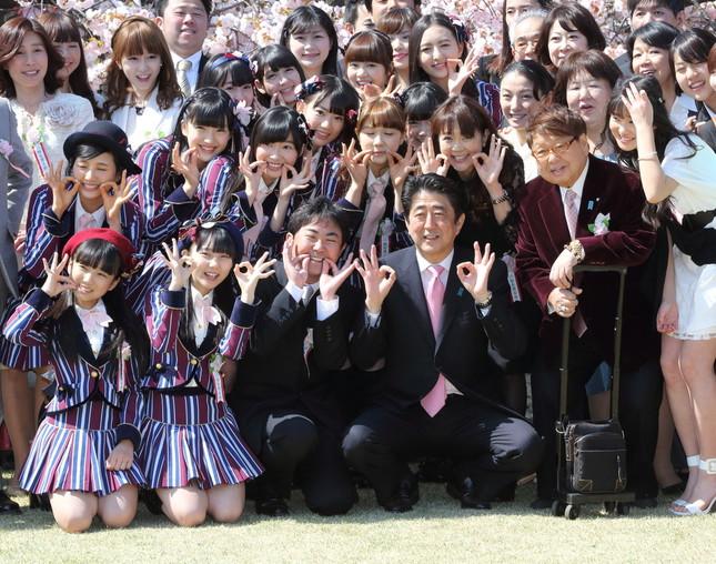 HKT48は2014年の「桜を見る会」に招かれた。安倍首相とHKTメンバーが、発売されたばかりの新曲「桜、みんなで食べた」のポーズを取っている。前列左から2人目が田中美久さん(写真:Motoo Naka/アフロ)