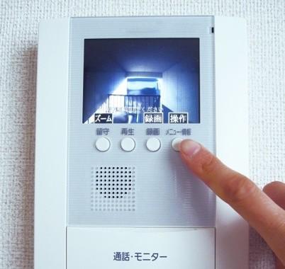 玄関のチャイムが鳴っても居留守を使うのはめんどくさいしトラブルを避けるため?(写真はイメージ)
