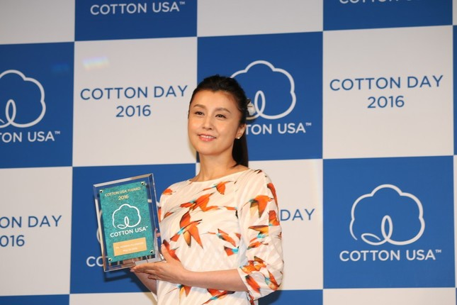 「COTTON  USA  AWARD 2016」を受賞した藤原紀香さん