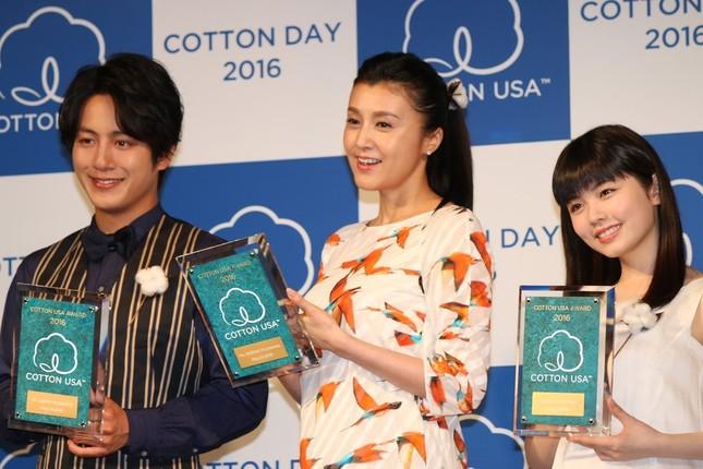 俳優の溝端淳平さん(左)と小芝風花さん(右)もイベントに出席し、受賞の喜びを語った