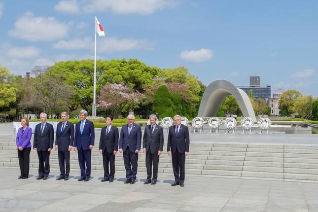 米国のケリー国務長官(左から4番目)は現役閣僚として初めて広島を訪問した。この訪問がオバマ大統領の広島訪問の「地ならし」になったとされる(米国務省撮影)