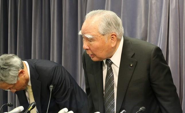 スズキの鈴木修会長は「深くお詫び申し上げたい」と陳謝した。(国交省での記者会見で)