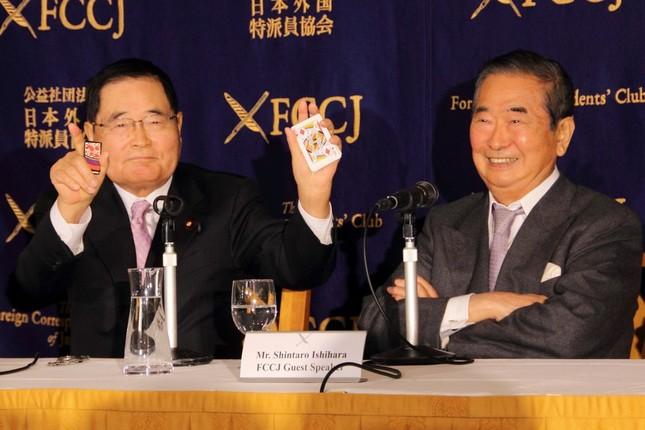 亀井静香氏(左)は「トランプに対して花札で勝負」とアピール。石原慎太郎氏は「中国崩壊」の願望も口にした