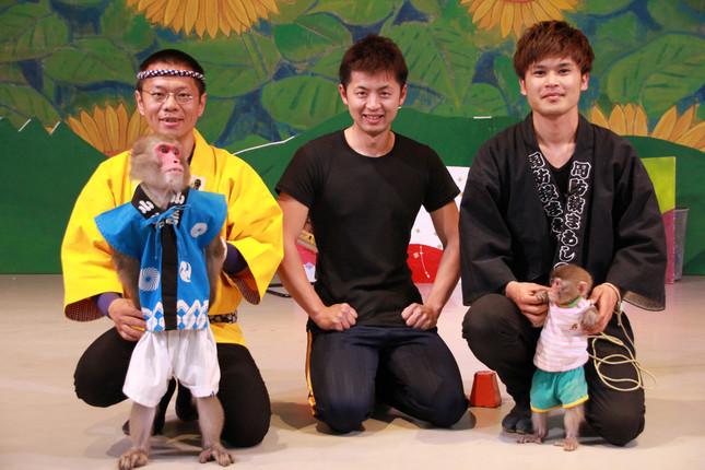 写真中央が園長の村崎英治さん。左がかき松さんと「くり松」、右が調教師のKENさんと「まさる」