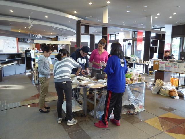 館内で調理する被災外国人(写真提供・熊本市国際交流会館)
