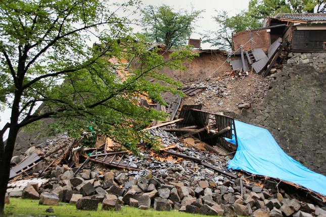 会館から近い熊本城では、石垣が崩れたままになっていた
