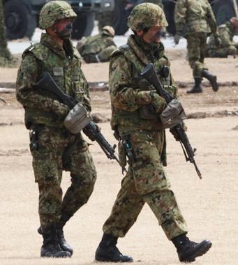現場で何が起こった(画像は小銃を携える自衛隊員。本文とは関係ありません。Wikimediaより)