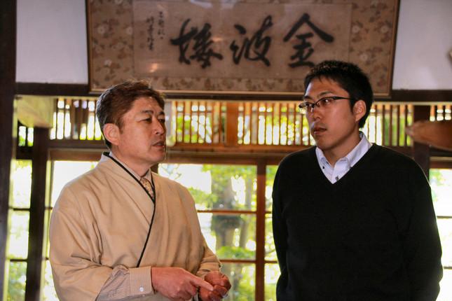 金波楼館主の松本寛三さん(左)と専務の松本啓佑さん
