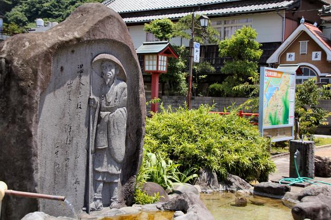 日奈久温泉の入口には俳人・種田山頭火の碑が建つ
