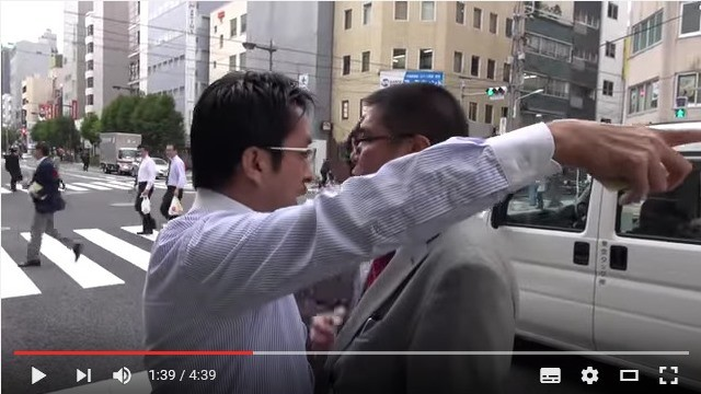 「幼稚な嫌がらせ」なのか(画像は労組による同社への抗議活動の様子。2015年10月に労組がYouTubeに投稿)