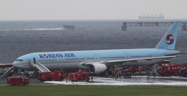 出火した機体左側から脱出用の「シューター」が出ている(写真:AP/アフロ)
