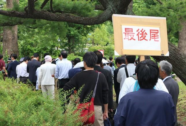 清原裁判の傍聴券を求めて並ぶ人たち