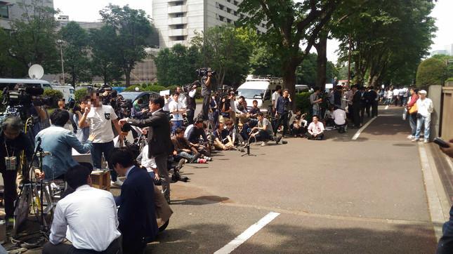 東京地裁前に詰めかけるマスコミ(2016年5月31日撮影。画像は一部編集部でモザイク加工)