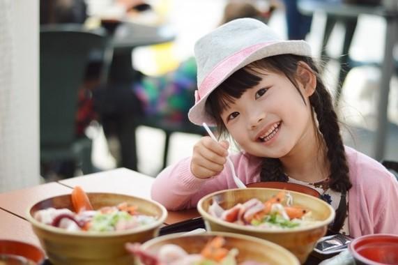 女の子が食べ過ぎても怒らないで(写真はイメージです)