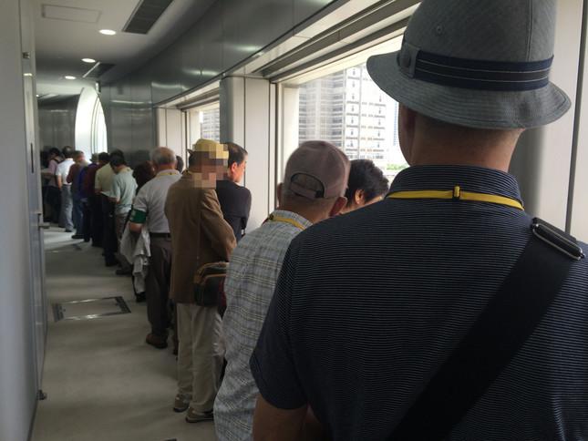 議会への入場を待つ人が列を作った