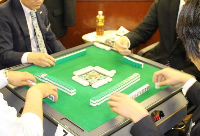 社員や学生が卓を囲む麻雀選考の様子(スターティア提供)
