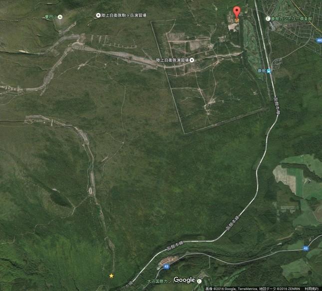 北東方向の演習場までかなりあるが…(下の★が行方不明となった辺り、上の★が演習場の小屋。グーグルアースより)