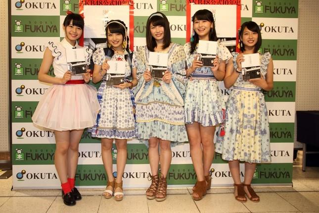 イベントには5人が参加。左から新潟・NGT48の本間日陽(ひなた)さん、AKB48の向井地美音さん、横山由依さん、小嶋真子さん、山田菜々美さん