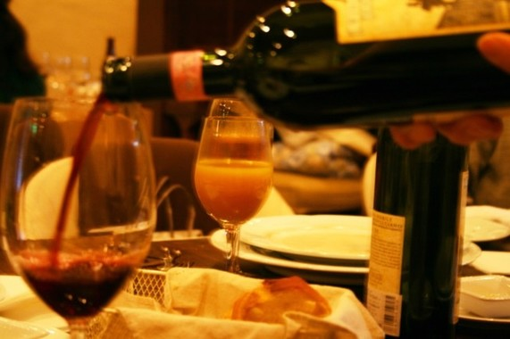 デートの食事代は男性が出して当然なのか。ネット上で議論となる(写真はイメージ)