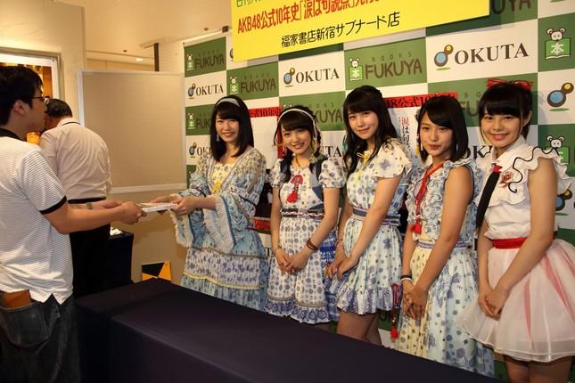 イベントには抽選で選ばれたファン500人が参加。AKB48メンバーが次々に本を渡していた