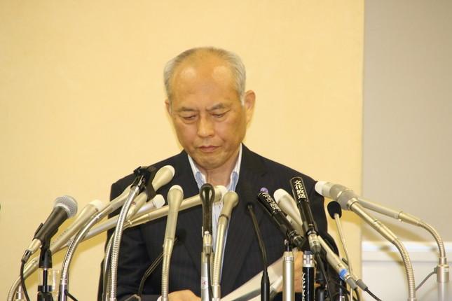 弁護士による説明中、沈痛な面持ちで目を伏せる舛添氏