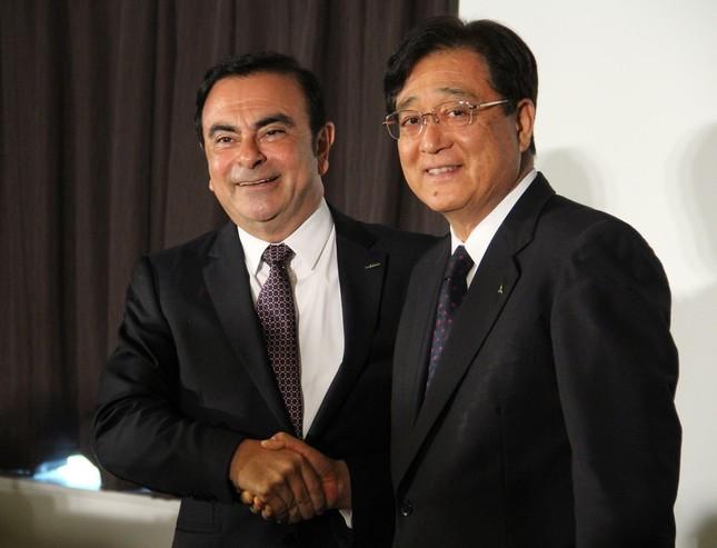 日産自動車のカルロス・ゴーン社長と三菱自動車の益子修会長