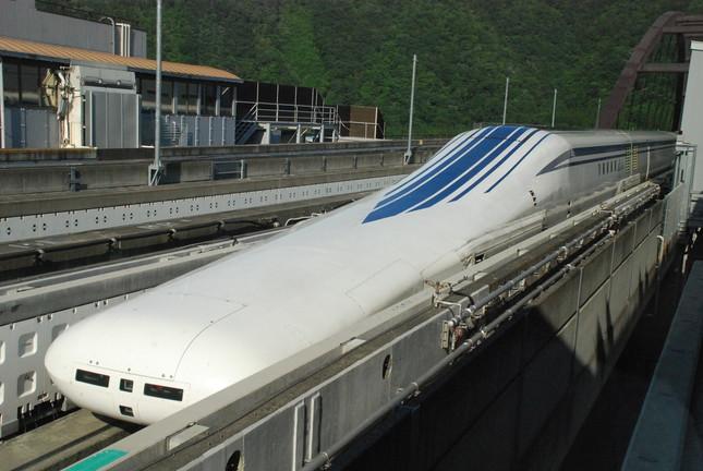 山梨県の実験線を走るリニア中央新幹線の新型車両