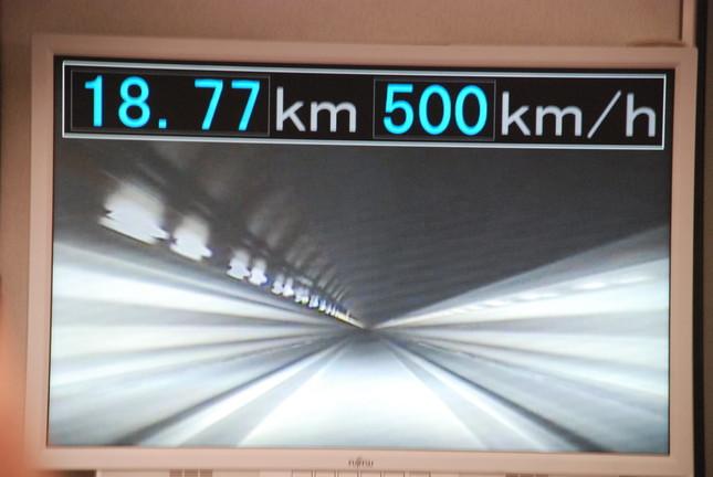 時速500キロを知らせるリニア車内のモニター