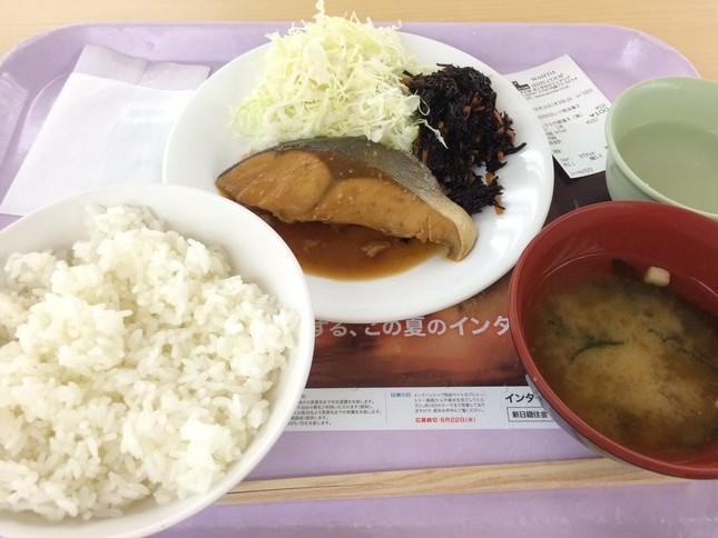 学食メニューで「早慶戦」 画像は早稲田の100円朝食(村長 @sonch0さん提供)