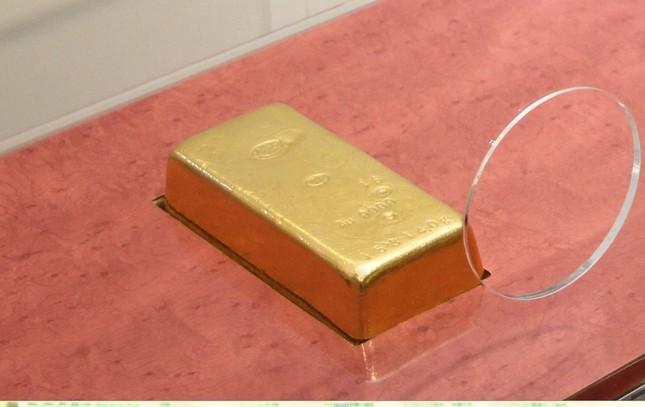 博物館に展示してあった「金塊」(造幣局、提供)